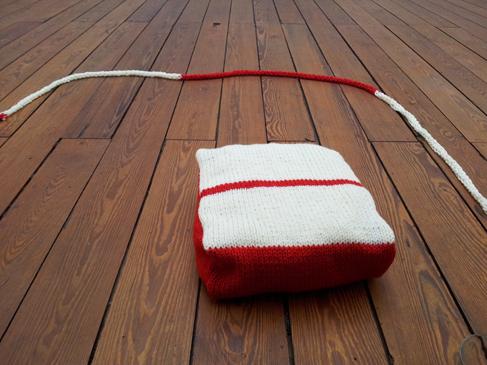 Het tweede kussen, rood met wit, gebreid