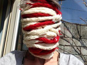 Grenshoofd; mijn hoofd omwikkeld met de rood-witte, gevingerbreide grens