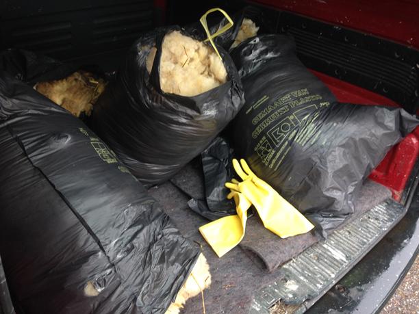 De wollen jassen van de schapen gaan in vuilniszakken de auto in