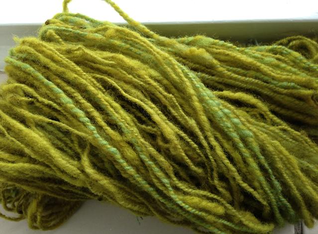 De wol is na het verfbad reseda en het indigobad, nog eens in de reseda gegaan